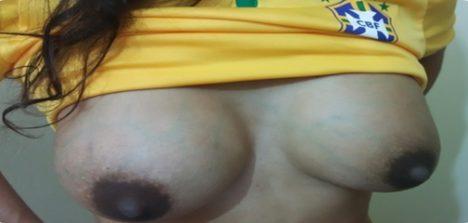 Torcedora gostosa brasileira pelada durante jogo do Brasil
