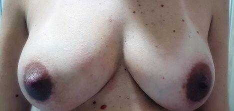 Peitos gostosos de mulher grávida durante os 9 meses